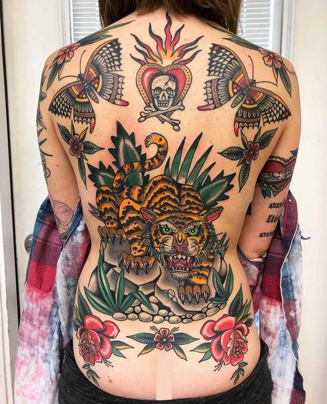 tatuaje tradiconal americano en la espalda