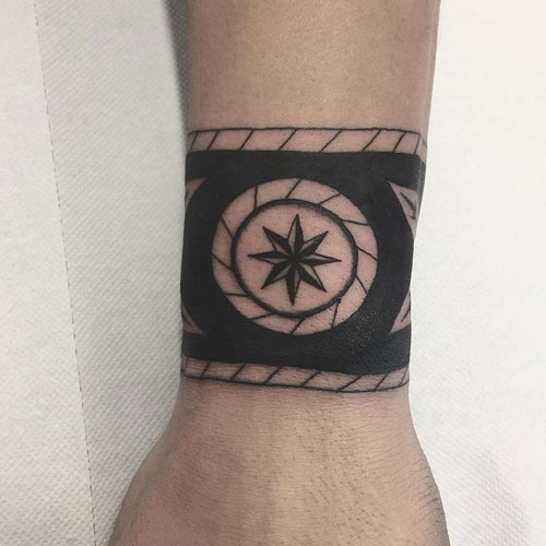 tatuaje brazalete tradicional negro