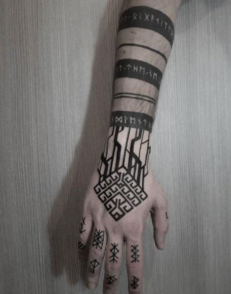 tattoo brazalete runas