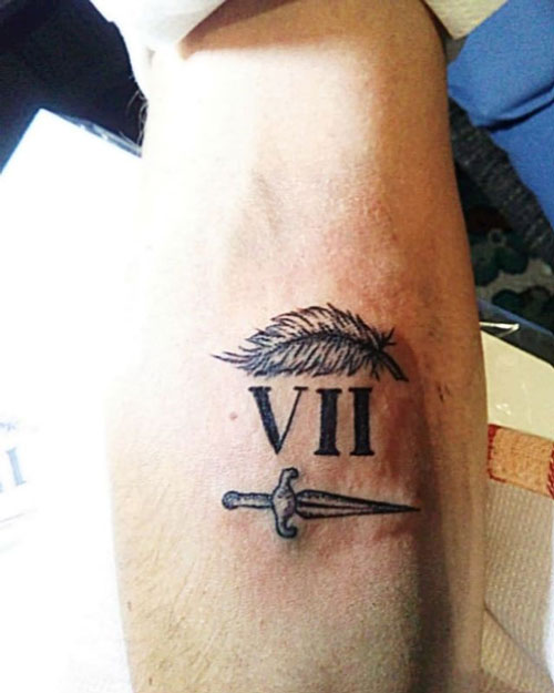 tatuaje daga y numero romano