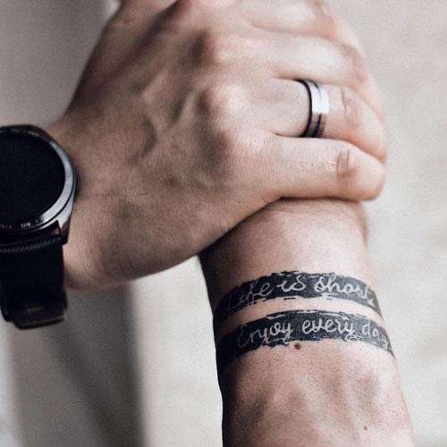 Tatuaje de pulsera negro y gris