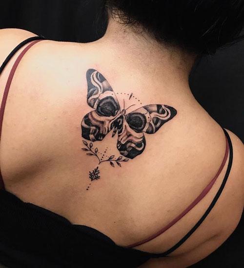 tatuaje de mariposa y calavera