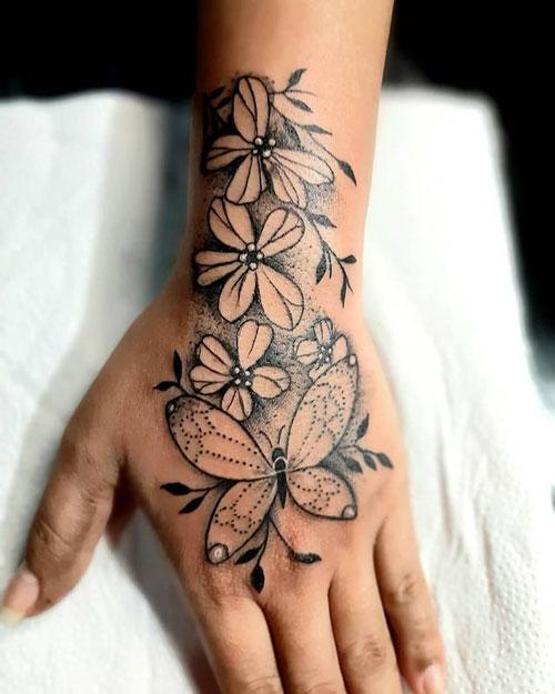 tatuaje de mariposa en la mano
