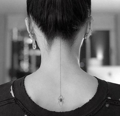 mini tatuaje de una araña