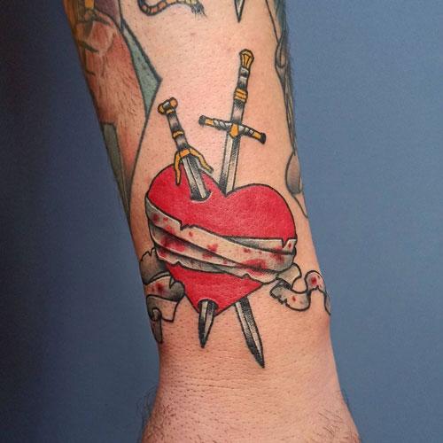 tatuaje de daga y corazon
