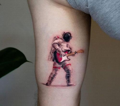 tatuaje de color astronauta