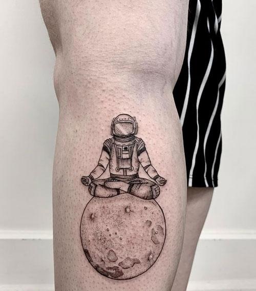 tatuaje negro y gris astronauta