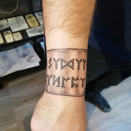 tattoo brazalete letras vikingas