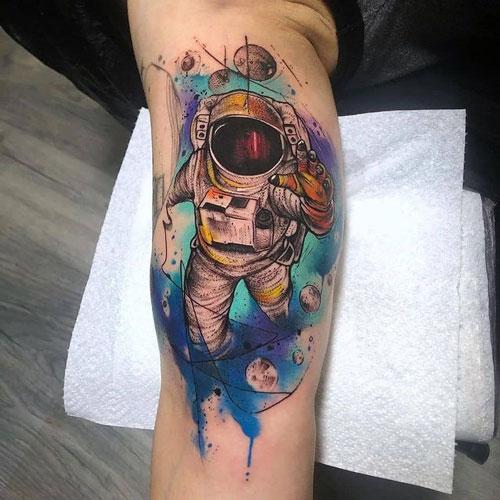 tatuaje a color astronauta