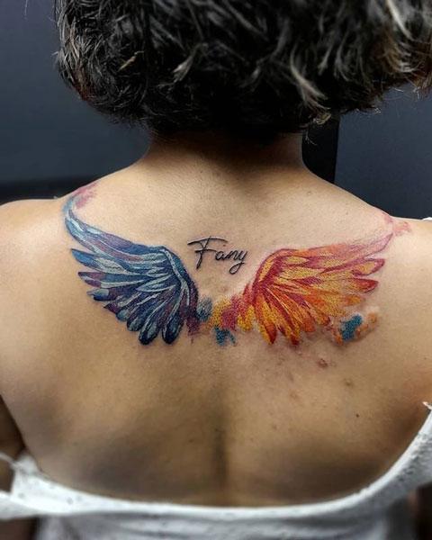 tatuaje a color de alas en espalda