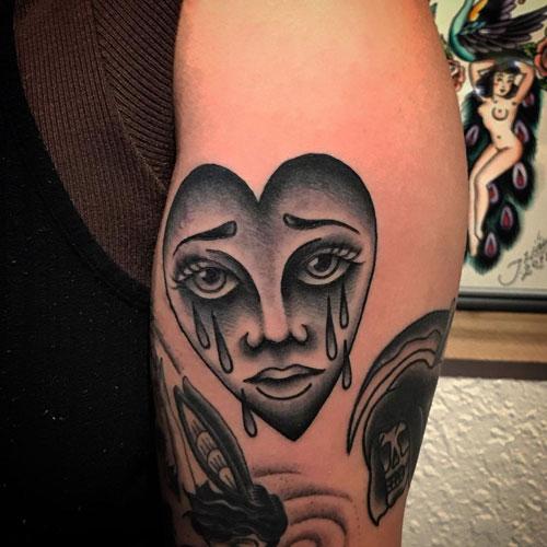 tatuaje corazón llorando