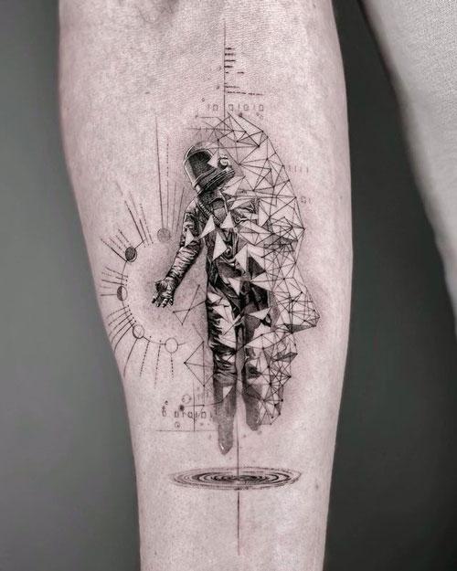 tatuaje geométrico astronauta