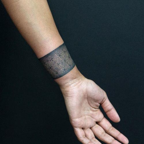 tatuaje brazalete negro y gris