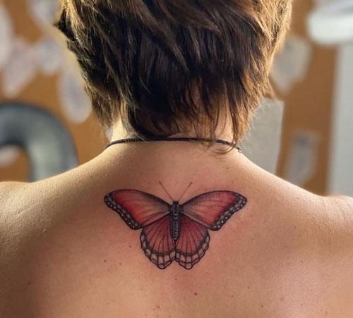 tatuaje en espalda de una mariposa