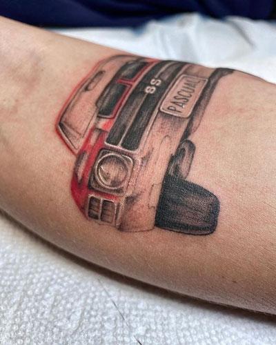 tatuaje realismo de carro