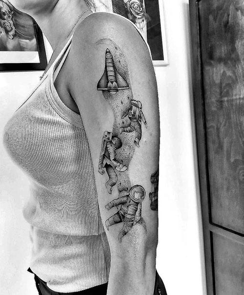 tatuaje de un astronauta y su nave