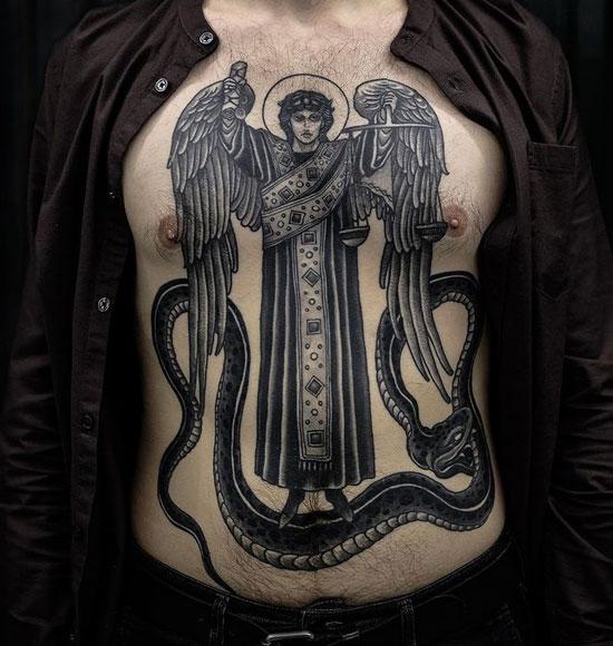 Tatuaje San Miguel Arcangel con balanza