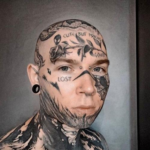 Tatuaje en la cara blackwork