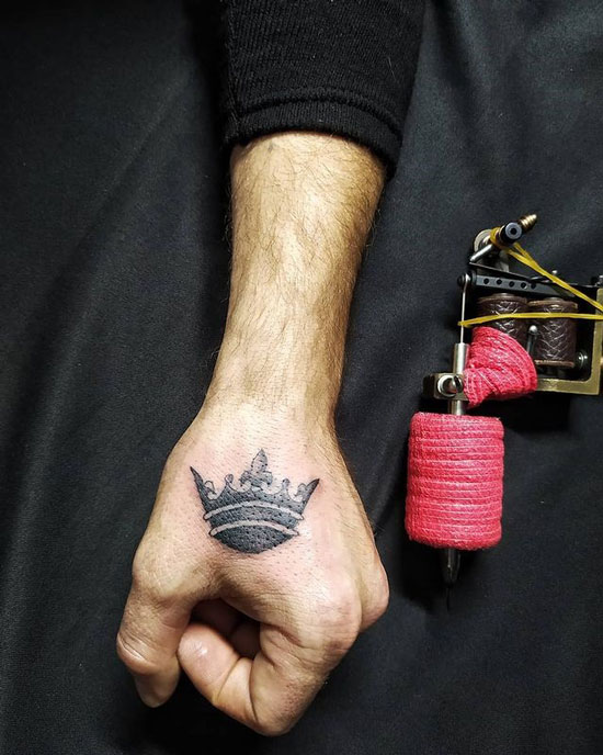 blackwork tatto corona