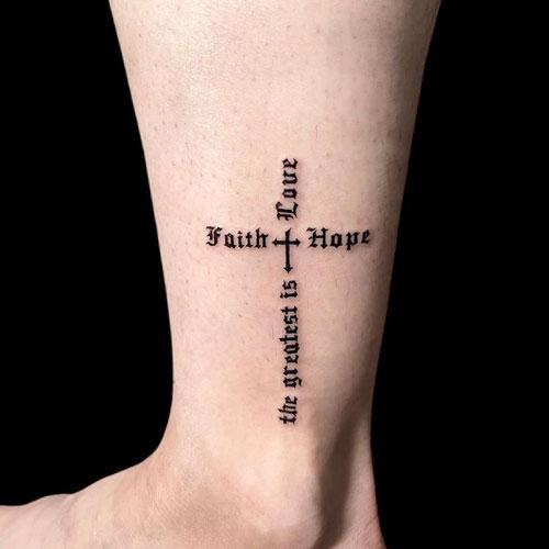 tatuaje de una cruz en el pie