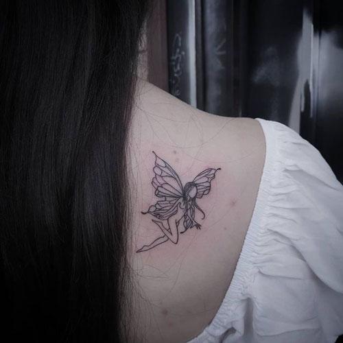 hada con alas de mariposa tatuaje