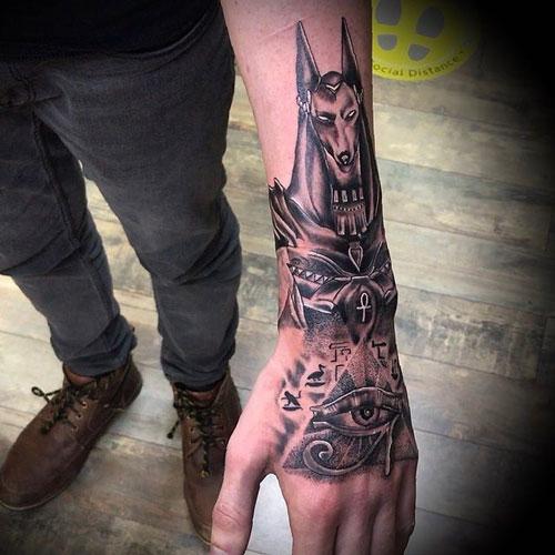 tatuaje en la mano del ojo de Horus