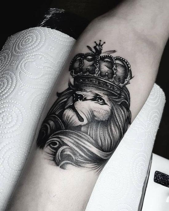 tatuaje en antebrazo de un león