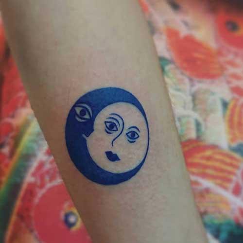 luna y sol tatuaje azul