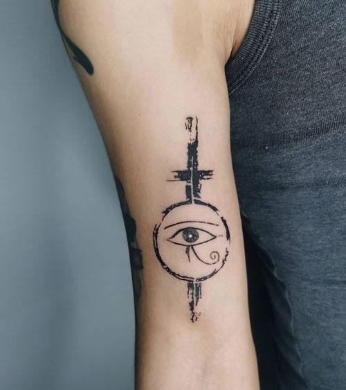 horus tatuado en brazo