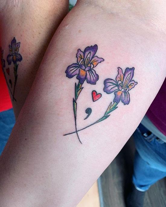 punto y coma tatuaje con flores