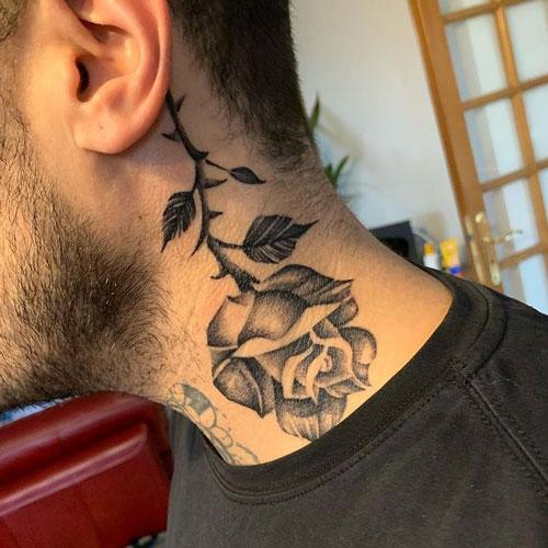 rosa negra tatuada en cuello