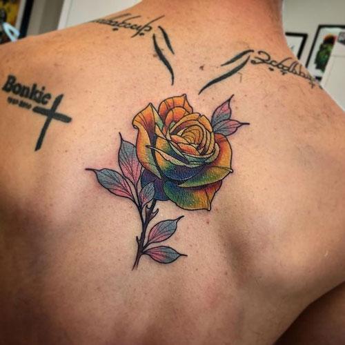 rosa tattoo en espalda
