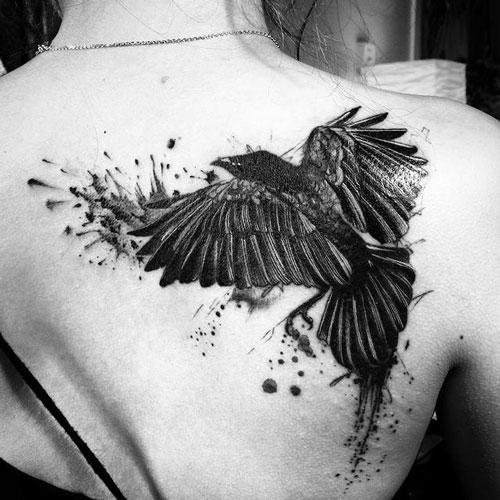 tatto mujer en espalda con un cuervo