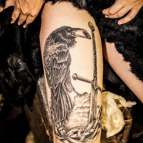 tattoo de cuervo en la pierna