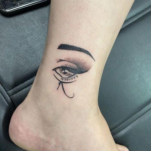 tatu en pie de ojo de horus