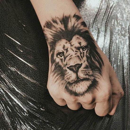 león tatuado en la mano