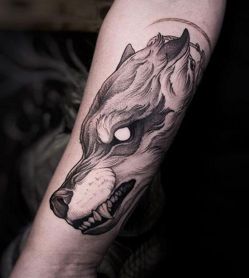 tatuaje negro y gris de lobo
