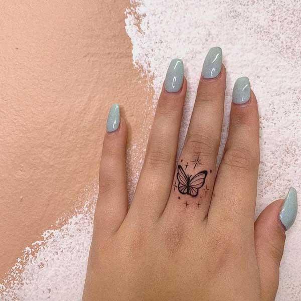 tattoo mariposa en dedo