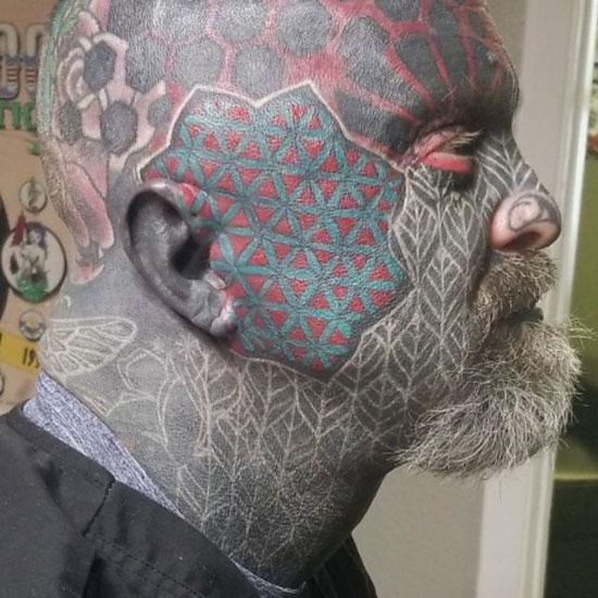 tatuaje a color en rostro