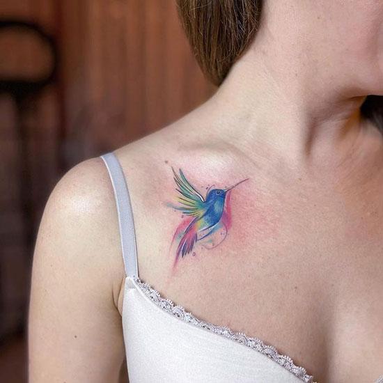 tatuaje de colibrí acuarela