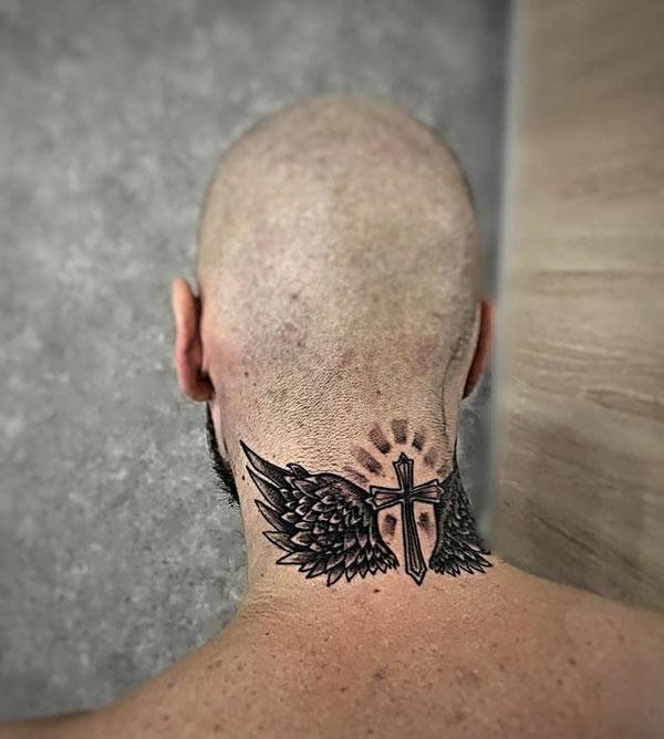 tatuaje alas en la nuca