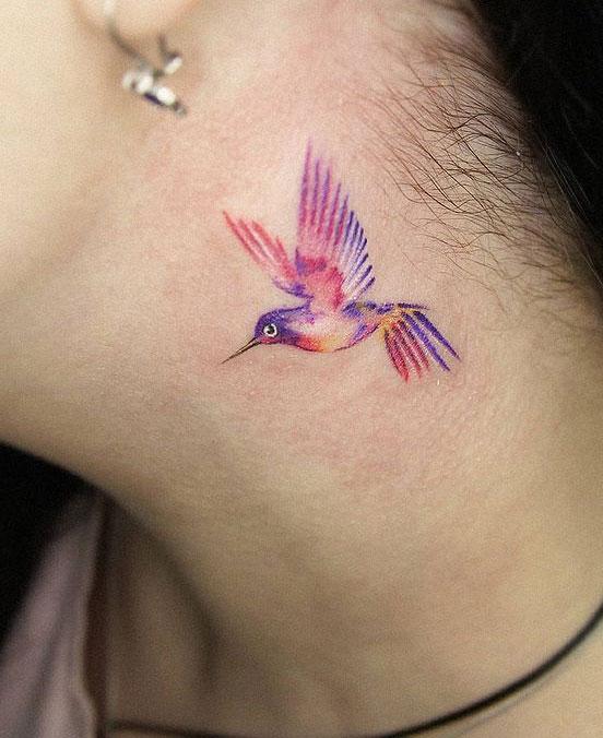tatuaje colibri en cuello