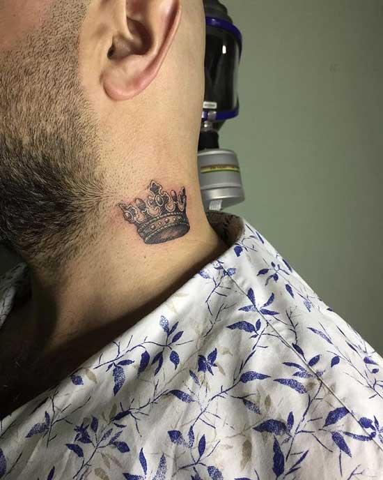 tatuaje corona en el cuello