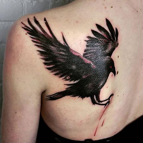 tatuaje cuervo con garras