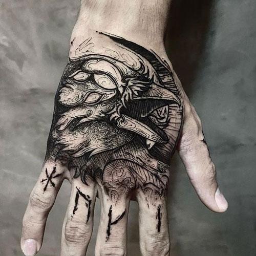 tatuaje cuervo en la mano