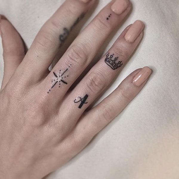 tatuaje de corona en dedo
