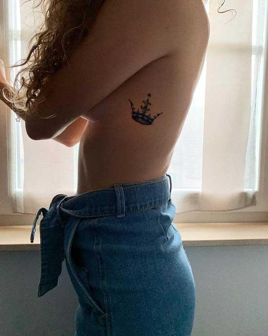 tatuaje de corona en mujer