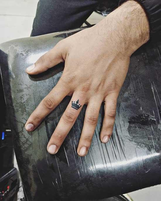 tatuaje de corona pequeño