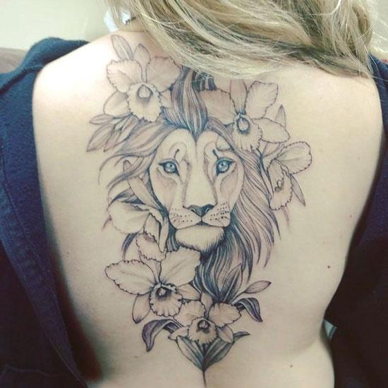 tatuaje león y flores para mujer