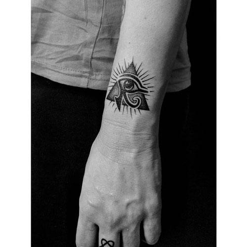 tatuaje en muñeca ojo de horus